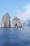 Två av Faraglionien vaggar med fartyget nära förbi, Capri, Italien Royaltyfri Foto