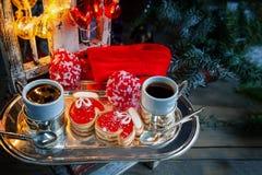 Två av tumvantena och marmeladen för pajdeg med svart kaffe på en hemtrevlig jultabell Närbild Royaltyfria Foton