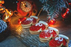 Två av tumvantena och marmeladen för pajdeg med svart kaffe på en hemtrevlig jultabell Närbild Selektivt fokusera kopiera avstånd Royaltyfria Foton