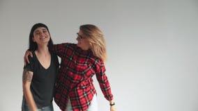 Två bästa flickvänner som isoleras på vit lager videofilmer