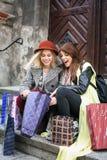 Två bästa vän i shoppingen Två vänner sitter på fotografering för bildbyråer