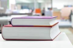 Två böcker på skrivbordet Fotografering för Bildbyråer