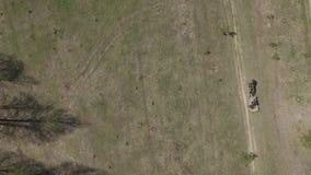 Två bönder som rider på en hästvagn i träd arkivfilmer
