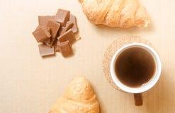 Två bakade giffel med en kopp kaffe och en choklad Royaltyfria Foton