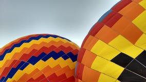 Två balloes som fyller för ett härligt flyg Arkivfoton