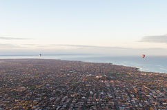 Två ballonger för varm luft över den Melbourne baysiden Arkivfoton
