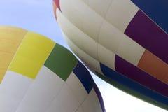 Två ballonger för varm luft omkring som ska tryckas på Arkivbilder