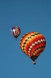 Två ballons för varm luft springer i en klar himmel royaltyfri fotografi
