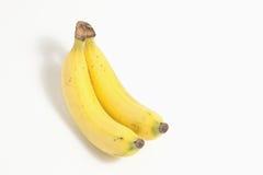 Två bananer som isoleras på vitbakgrund arkivbilder