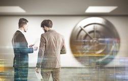 Två bankanställda i lobby arkivfoto
