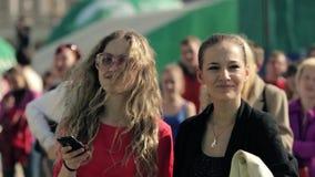 Två barn, härliga attraktiva flickor dansar till musik på sommarhändelse lager videofilmer