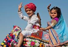 Två barn har gyckel på den berömda indiska ökenfestivalen arkivbilder