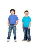 Två barn i blått arkivbild