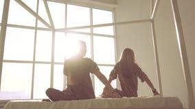 Två barn mässa-flådde kvinnor som öva yogasammanträde på mjuk yttersida arkivfilmer