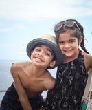 Två barn poserar för ett fotografi royaltyfria bilder