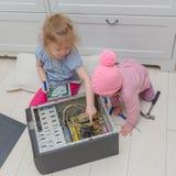 Två barn reparerar en dator, en systemenhet Royaltyfria Foton