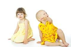 Två barn sitter royaltyfri foto