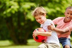 Två barn som har gyckel i sommar fotografering för bildbyråer