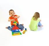 Två barn som leker med en constructor Royaltyfria Bilder
