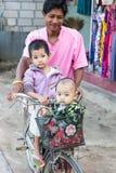 Två barn som reser med cykeln Arkivfoto
