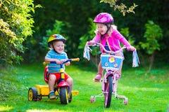 Två barn som rider cyklar Royaltyfri Foto