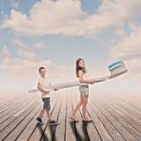 Två barn som rymmer en stor tandborste Royaltyfria Bilder