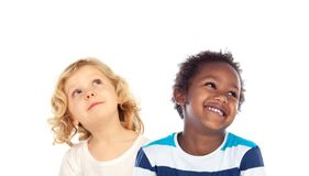Två barn som ser upp Arkivbilder