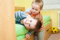 Två barn som tillsammans spelar Royaltyfria Bilder
