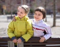 Två barn som utomhus på våren poserar royaltyfri bild