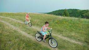 Två barn springer ner kullen Rolig konkurrens, lycklig öde, första framgångar Steadicam ultrarapidvideo stock video