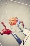 Två basketspelare på domstolen Arkivbild