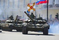 Två behållare T-90 ståtar på i heder av segerdagen i St Petersburg Royaltyfri Foto