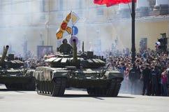 Två behållare T-90 ståtar på i heder av segerdagen i St Petersburg Arkivfoton