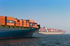 Två behållareskepp i hamnen Nakhodka fjärd Östligt (Japan) hav 19 04 2014 Fotografering för Bildbyråer