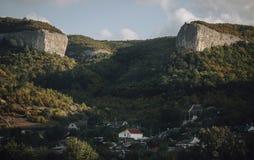 Två berg över by i mest forrest av Krim Royaltyfria Foton