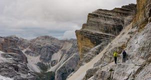 Två bergsbestigare på a via Ferrata på en utsatt avsats Royaltyfri Bild