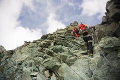 Två bergsbestigare som klättrar Grossglockner, Österrike Arkivfoton