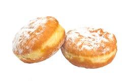 Två berliner donuts som pudras med socker Arkivfoton