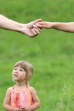 Två beväpnar av vänner och ung dotter Royaltyfri Foto