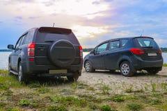 två bilar på kusten av sjön Arkivfoto