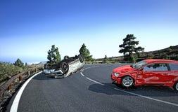 Två bilar som kraschas på vägen i landssidoläget arkivbilder