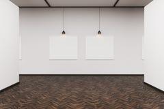 Två bilder i en mörk wood golvkonstgalleri Arkivfoto