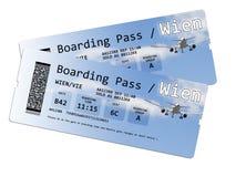 Två biljetter för flygbolaglogipasserande till Wien isolerade på vit Arkivfoton