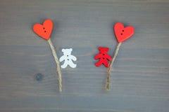 Två björnar med ballong-hjärtor på grå träbakgrund Vektor Illustrationer