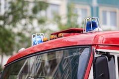 Två blåa blinkande ljus på taket av brandlastbilen Royaltyfria Bilder