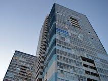 Två blåa flervånings- hyreshusar Royaltyfria Foton