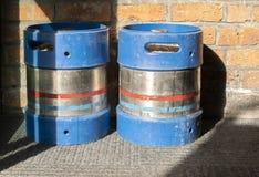 Två blåa gasflaskor med tegelstenbakgrund royaltyfria bilder