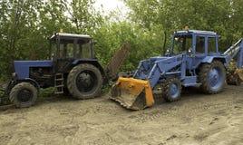 Två blåa traktorer Fotografering för Bildbyråer