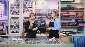 Två blomsterhandlare talar i en blomsterhandel stock video
