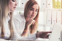 Två blonda affärskvinnor i ett kontor Arkivbild